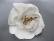 シャネル ブローチ 美品 カメリア 化学繊維 白×ゴールド CHANEL