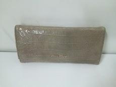 ミュウミュウ 長財布 - ライトカーキ 型押し加工 エナメル(レザー)