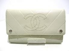 CHANEL(シャネル) 2つ折り財布美品  - 白 Vステッチ ラムスキン