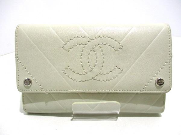 CHANEL(シャネル) 2つ折り財布美品  - 白 Vステッチ ラムスキン 0