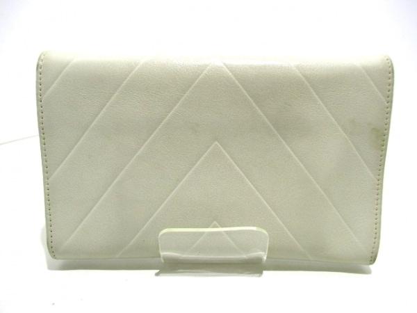 CHANEL(シャネル) 2つ折り財布美品  - 白 Vステッチ ラムスキン 2
