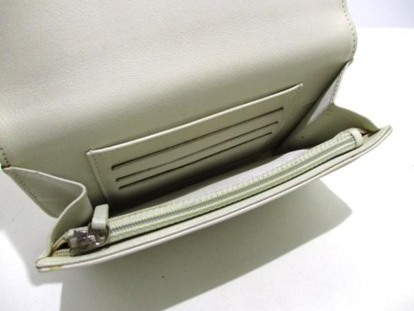CHANEL(シャネル) 2つ折り財布美品  - 白 Vステッチ ラムスキン 3