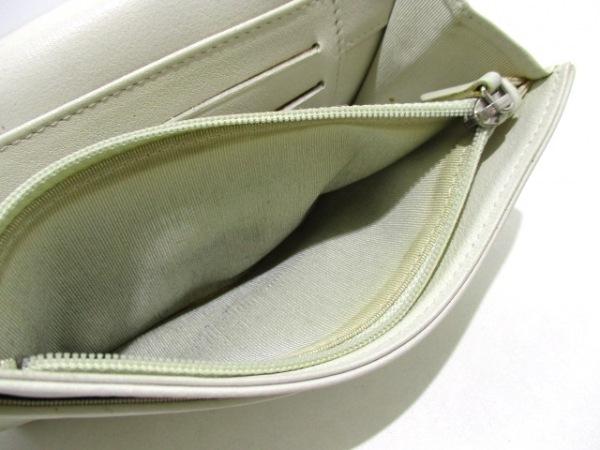 CHANEL(シャネル) 2つ折り財布美品  - 白 Vステッチ ラムスキン 4