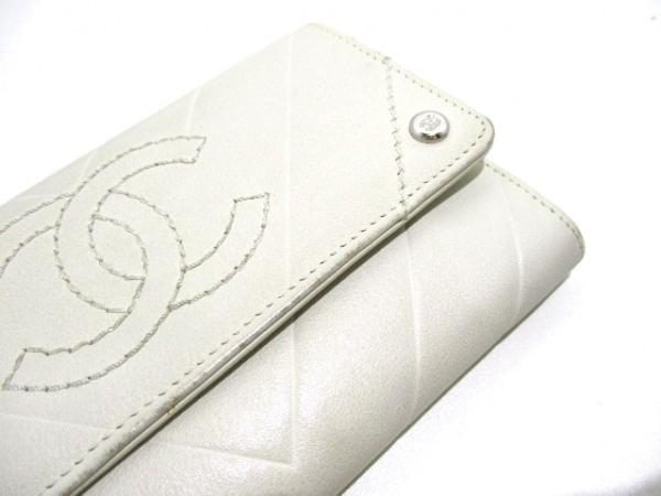 CHANEL(シャネル) 2つ折り財布美品  - 白 Vステッチ ラムスキン 7