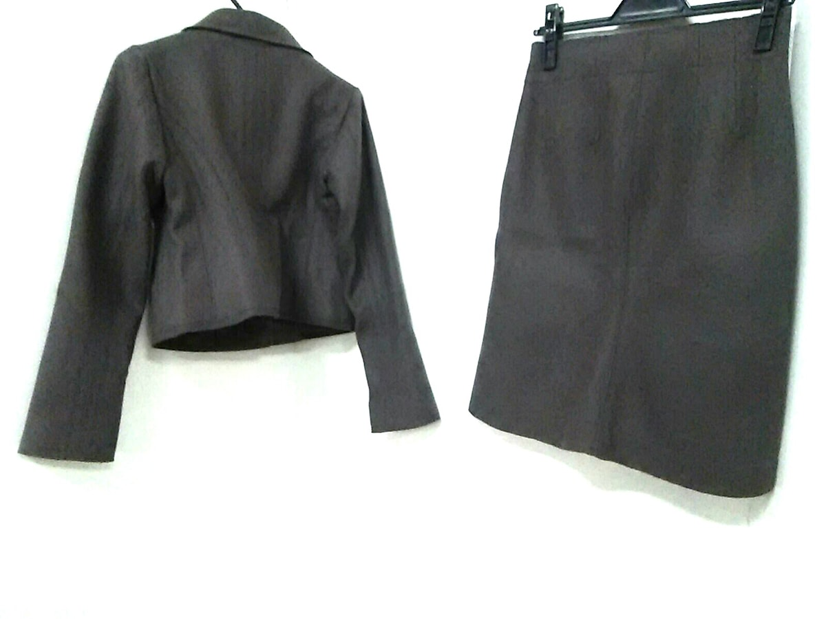 +J(プラスジェイ)のスカートスーツ