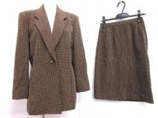 IOSAのスカートスーツ