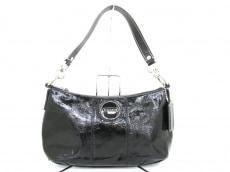 COACH(コーチ)のパテントレザーデミクロスボディのハンドバッグ