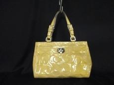 COACH(コーチ)のハンプトンズ パテント エンボスド ミディアム キャリーオールのハンドバッグ