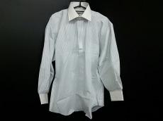 イコールジュンココシノのシャツ