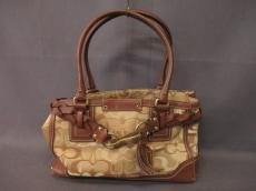 COACH(コーチ)のオプティックシグネチャー ミディアムキャリオールのハンドバッグ