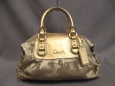COACH(コーチ)のアシュリーホースアンドキャリッジサテン サッチェルのハンドバッグ