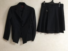 バツクラブのスカートスーツ