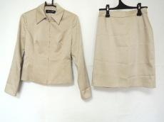 ファイナルステージのスカートスーツ