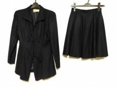 フルクサスのスカートスーツ