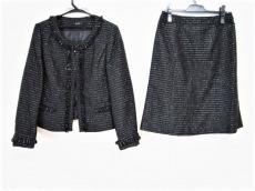 アーヴェヴェのスカートスーツ