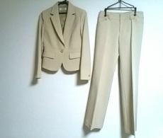 ホワイトジョーラのレディースパンツスーツ