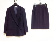 ホワイトジョーラのスカートスーツ
