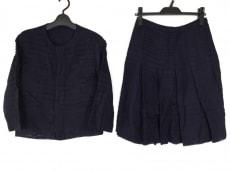 バドゥ・アールのスカートスーツ