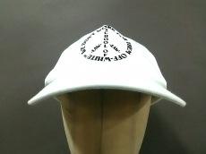 オフホワイトの帽子