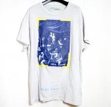 オフホワイトのTシャツ