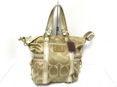 COACH(コーチ)のポピーシグネチャーサティーンスポットライトのショルダーバッグ