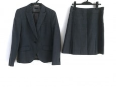 オンリーのスカートスーツ