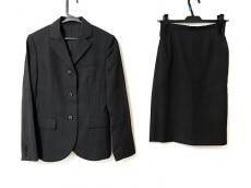アールユーのスカートスーツ