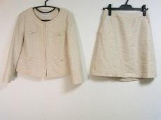 クチュールブローチのスカートスーツ