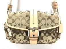 COACH(コーチ)のシグネチャースモールポケットフラップのショルダーバッグ