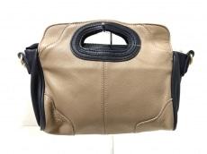 イア パピヨネのハンドバッグ