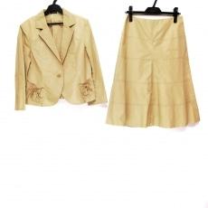 スウィンスウィングのスカートスーツ