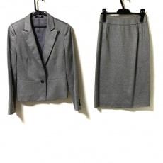 アクアスキュータムのスカートスーツ