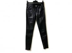ブラックデニムのジーンズ