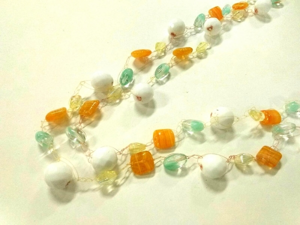 ミリィカレガリ ネックレス ワイヤー×ビーズ ×プラスチック 白×オレンジ×マルチ