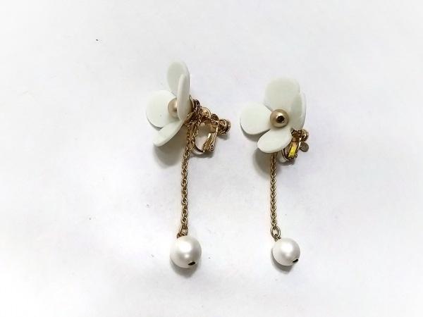 アンテプリマ イヤリング美品  金属素材×ラバー×プラスチック 白×ゴールド