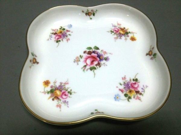 ロイヤルクラウンダービー プレート新品同様  白×マルチ 花柄 陶器