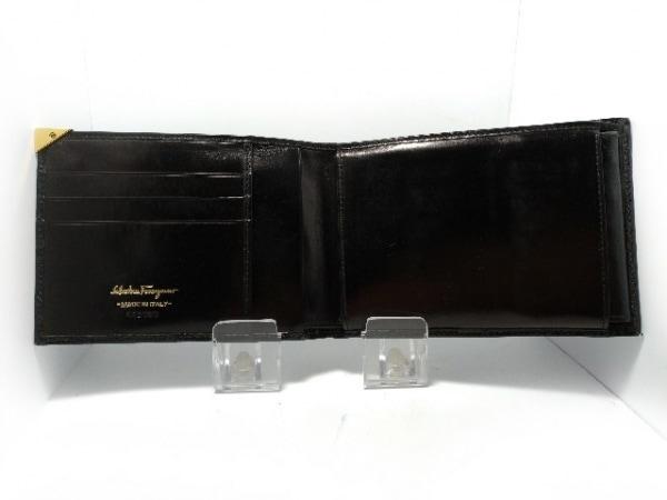 サルバトーレフェラガモ 2つ折り財布 - 黒 型押し加工 エナメル(レザー)
