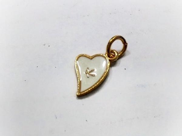 組曲 KUMIKYOKU(クミキョク) ペンダントトップ美品  金属素材 白×ゴールド ハート