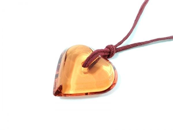 Baccarat(バカラ) ネックレス美品  クリスタルガラス×化学繊維 オレンジ ハート