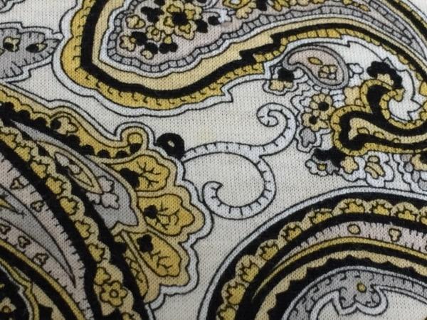 アクアスキュータム 半袖Tシャツ レディース アイボリー×黒×イエロー ペイズリー柄