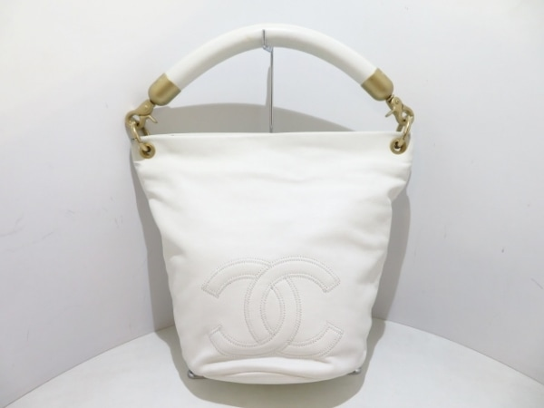 CHANEL(シャネル) ハンドバッグ美品  - 白 ココマーク レザー