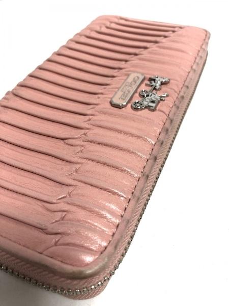 29a605b57dbd COACH(コーチ) 長財布 - ピンク ラウンドファスナー/ギャザー レザーの ...
