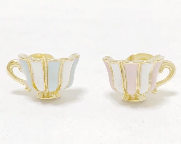 キューポット ピアス美品  金属素材 ゴールド×白×マルチ ティーカップモチーフ