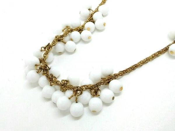 ケネスジェイレーン ネックレス プラスチック×金属素材 白×ゴールド