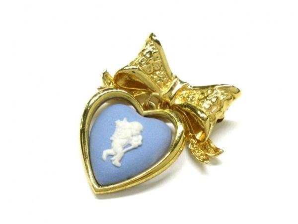 ウェッジウッド ブローチ美品  金属素材×陶器 ゴールド×ブルー×アイボリー リボン