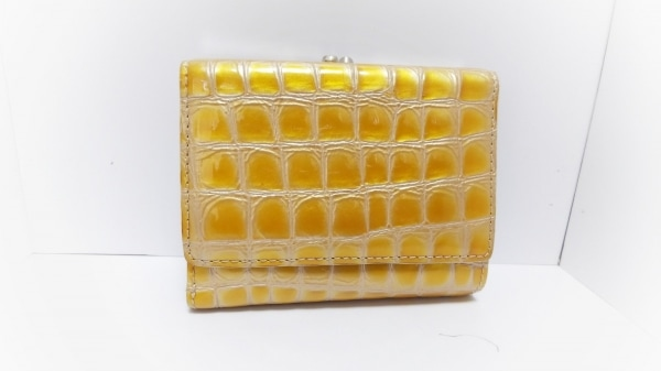 コッコフィオーレ 3つ折り財布 ゴールド 型押し加工/がま口 エナメル(レザー)