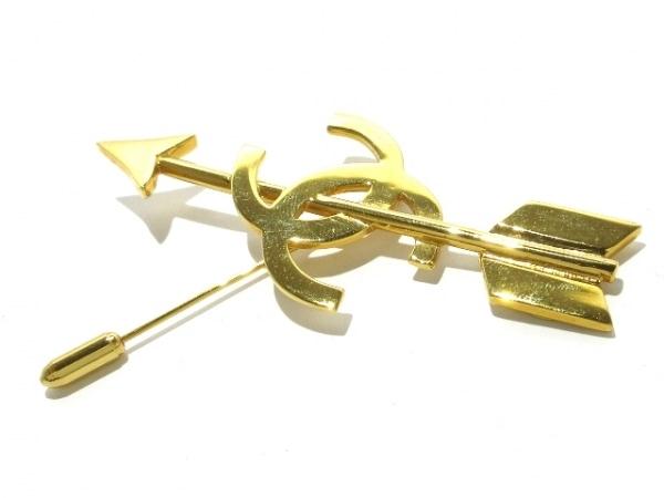 CHANEL(シャネル) ブローチ 金属素材 ゴールド 矢/ココマーク