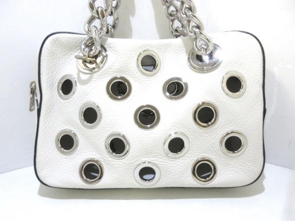 PRADA(プラダ) ハンドバッグ美品  - 白×シルバー チェーンハンドル レザー×金属素材