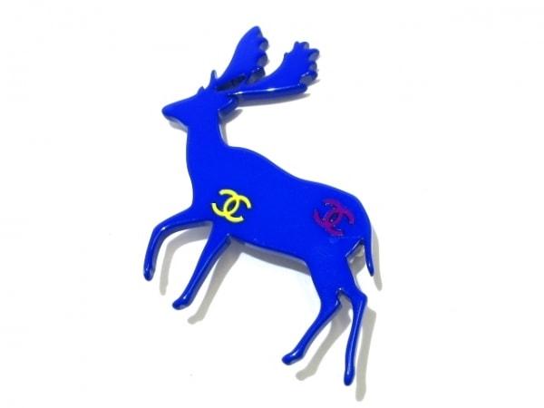 CHANEL(シャネル) ブローチ美品  プラスチック×金属素材 ブルー×マルチ トナカイ