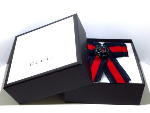 GUCCI(グッチ) ブローチ美品  - 化学繊維 ダークネイビー×レッド×マルチ